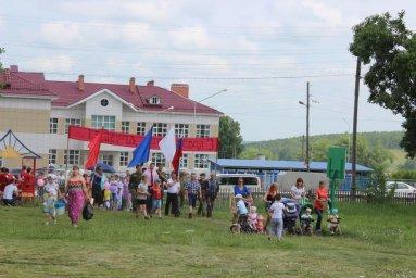 Шествие колонны в честь 80-летнего юбилея поселка